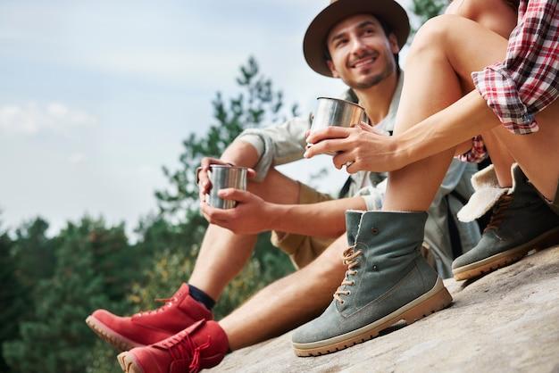Escursionisti che bevono caffè durante una breve pausa