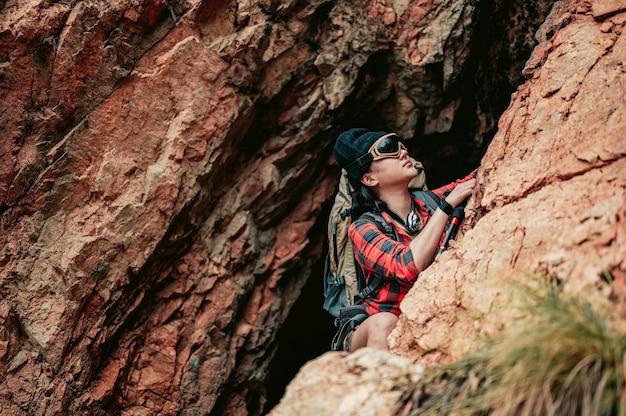 Escursionisti che stanno scalando le alte montagne. avventura e campeggio, concetto di viaggio.