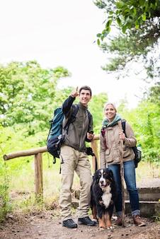 Escursionisti con cane nella foresta Foto Premium