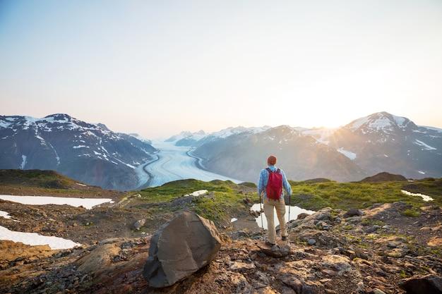 Escursionismo uomo in montagne canadesi. l'escursione è l'attività ricreativa popolare in nord america.