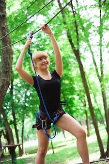 Facendo un'escursione nel parco della corda bella ragazza di sport