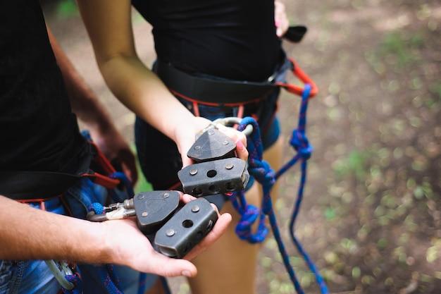 Facendo un'escursione nel parco della corda due giovani