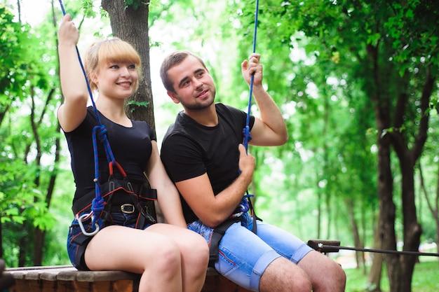 Facendo un'escursione nel parco della corda due giovani.