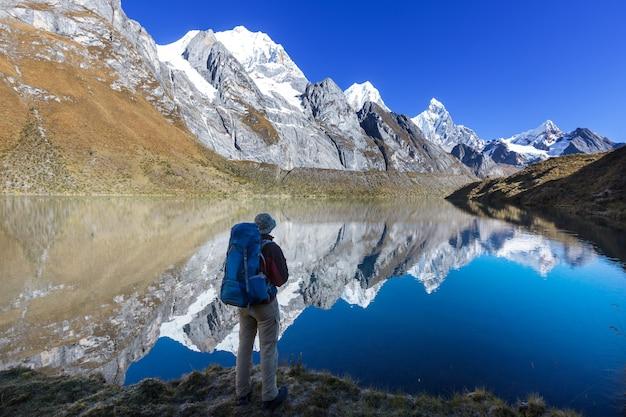 Scena escursionistica nelle montagne della cordigliera, perù