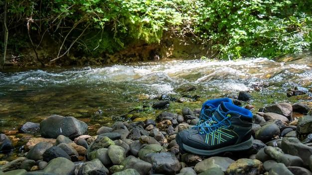 Scarpe da trekking di un escursionista su una roccia