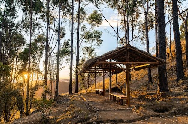 Sentiero escursionistico nelle montagne delle ande vicino a huancayo in perù