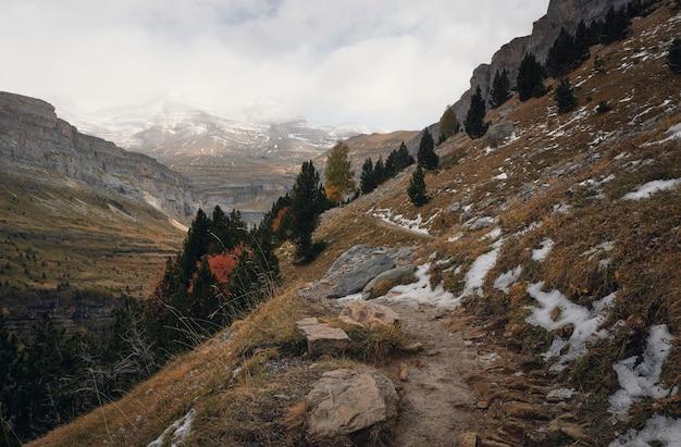 Sentiero escursionistico in alta montagna innevata parco naturale di ordesa e monte perdido nei pirenei