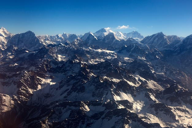 Montagne dell'himalaya sotto le nuvole. vista dall'aereo.