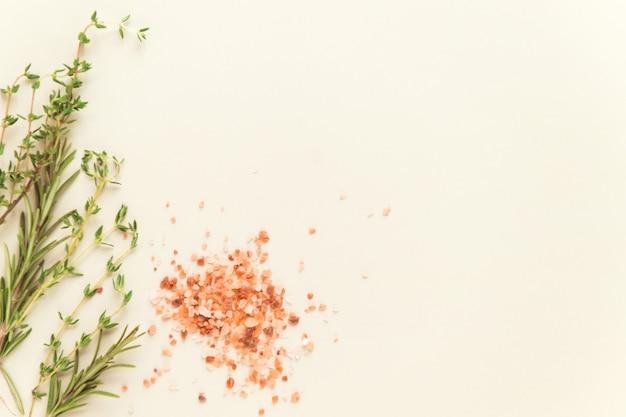 Granuli di sale rosa himalayano pepe nero e spezie di timo per cucinare lo spazio della copia piatta