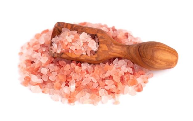 Sale rosa himalayano in cucchiaio di legno, isolato su bianco. sale rosa himalayano in cristalli.
