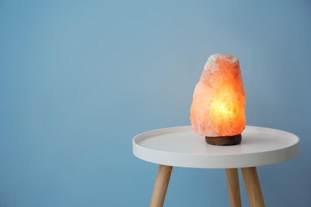 Lampada di sale himalayano sul tavolo