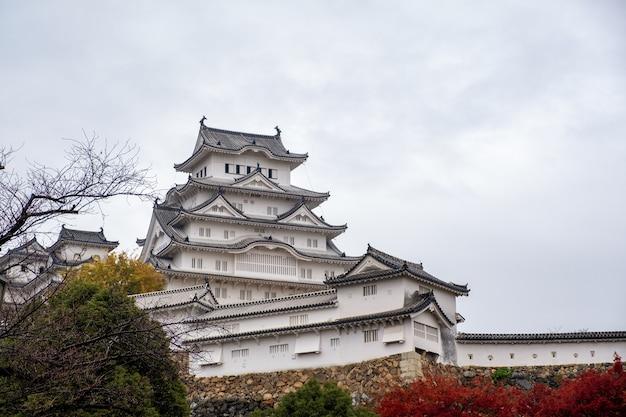 Castello di himeji con cielo blu in autunno