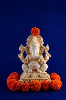 Dio indù ganesha. idolo di ganesha su sfondo blu