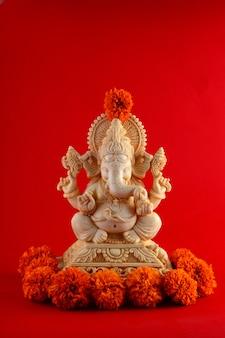 Dio indù ganesha. idolo di ganesha sullo spazio rosso