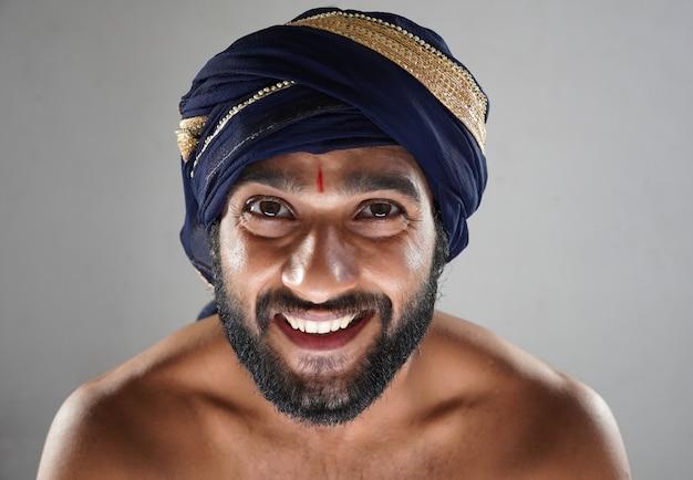 Immagini del re sorridente del re indù - uomo indiano nel teatro che agisce come un re