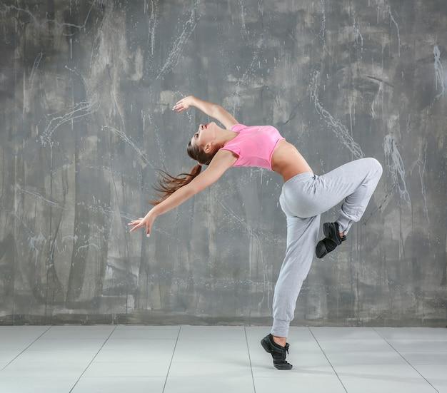 Ballerino hip-hop che balla sul grigio