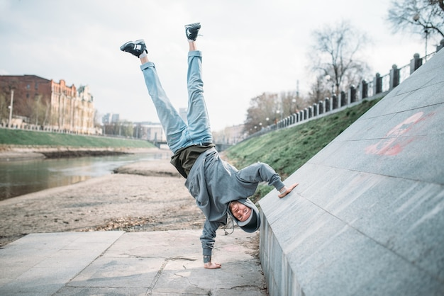 Esecutore di hip hop, movimento sottosopra per strada. stile di danza moderna. ballerino maschio