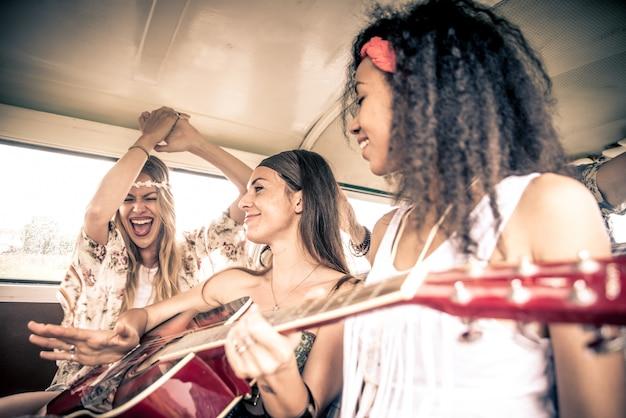 Amici del hippie che guidano su un furgoncino