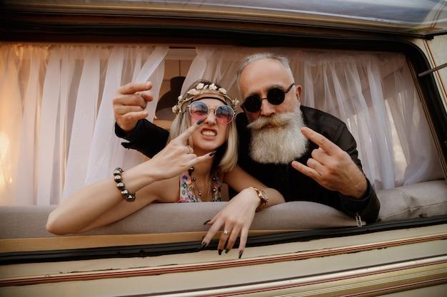 Hippie. coppia emotiva scandalosa alla moda.