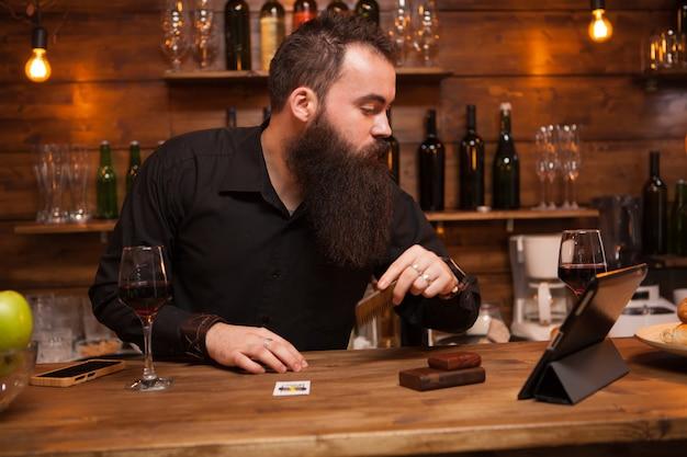 Barista hipster che si prende cura della sua lunga barba. grande barba.