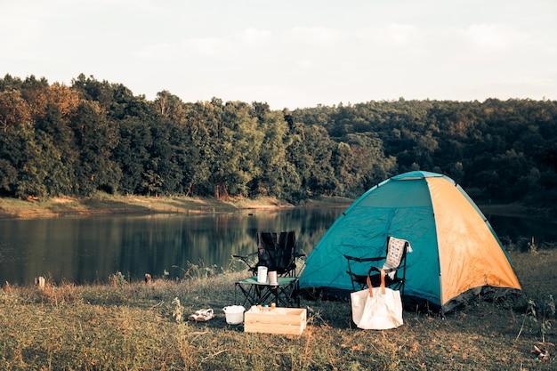Campeggio hipster impostato per riposare e rilassarsi durante le vacanze e la vita lenta.