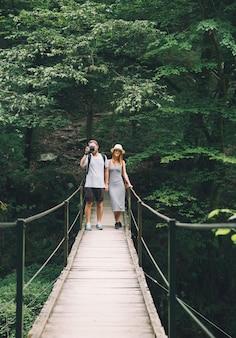 Coppia hipster escursionismo sullo sfondo di una natura slovenia tolmin