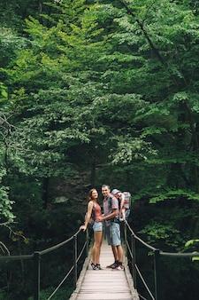 Coppia hipster che fa un'escursione sullo sfondo di una natura