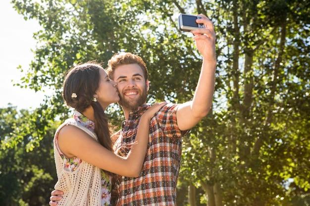 Coppia di hipster prendendo un selfie