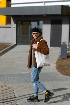Hipster va al negozio con una borsa riutilizzabile