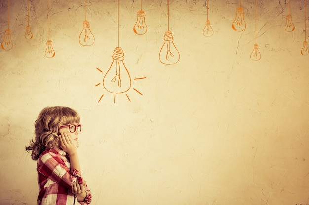 Pensiero del bambino hipster. concetto di idea. grumo della lampadina di disegno. dai toni retrò
