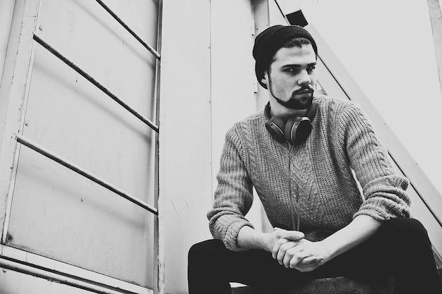 Ritratto di uomo hipster in bianco e nero, ora legale