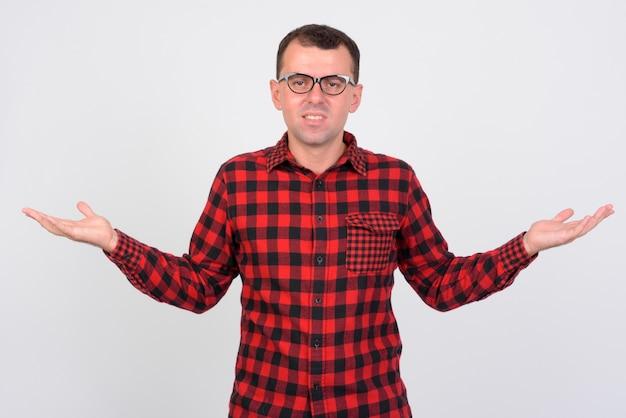 Uomo hipster che indossa occhiali da vista su bianco