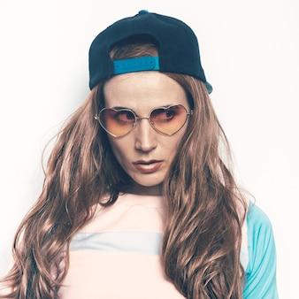 Hipster adolescente ragazza bruna stile skateboard ragazzo berretto bellezza hipster stile swag moda tomboy