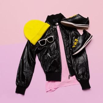 Hipster urban outfit girl abiti neri alla moda e accessori luminosi sneakers cappello occhiali da sole