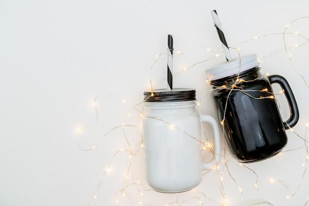 Tazze da tè per lui e per lei sulla superficie bianca, idee regalo di natale.