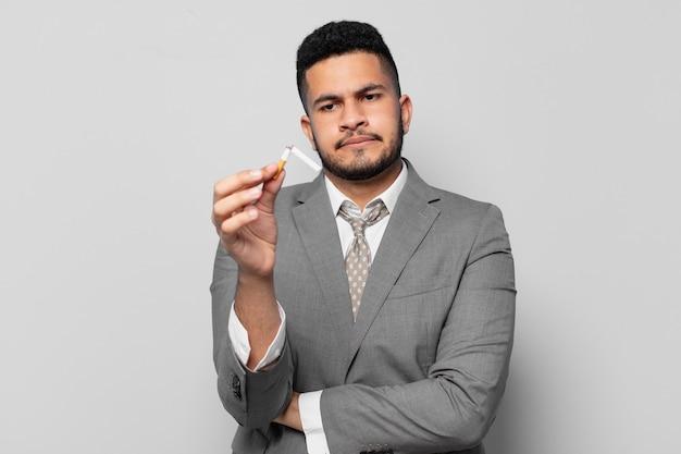 Espressione arrabbiata dell'uomo d'affari ispanico. smettere di fumare concetto