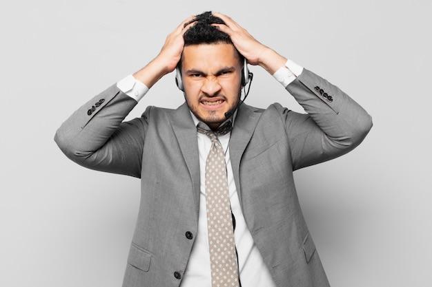 Concetto di telemarketer di espressione arrabbiata dell'uomo d'affari ispanico