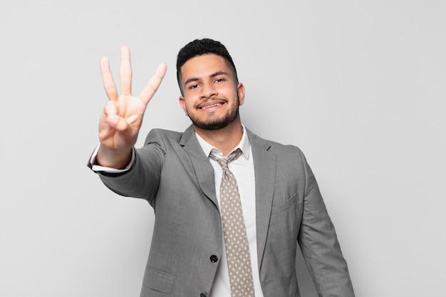 Espressione felice dell'uomo d'affari ispanico