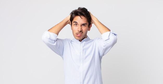 Ispanico bell'uomo sentirsi frustrato e infastidito, malato e stanco del fallimento, stufo di compiti noiosi e noiosi