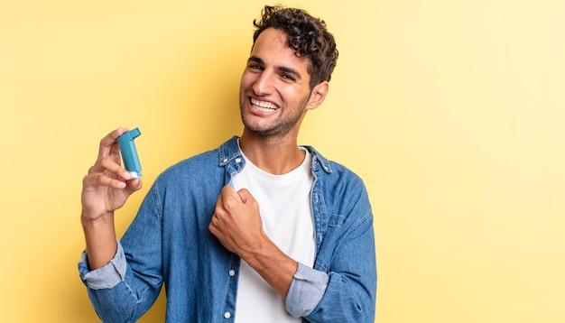 Bell'uomo ispanico che si sente felice e affronta una sfida o festeggia. concetto di asma