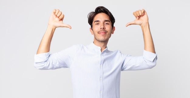 Bell'uomo ispanico che si sente orgoglioso, arrogante e fiducioso, sembra soddisfatto e di successo, indicando se stesso