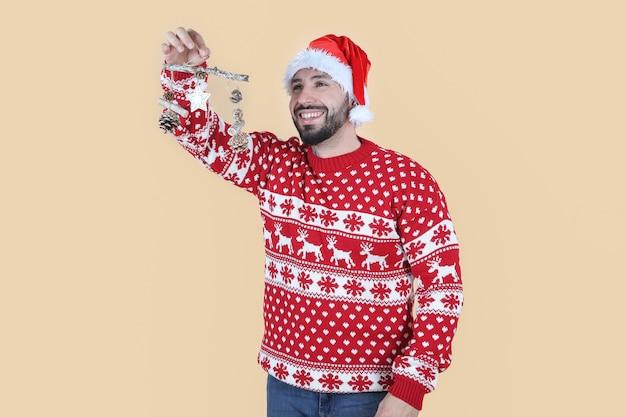 Uomo ispanico latino, con cappello natalizio mette decorazioni natalizie