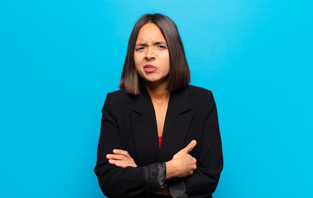 Donna ispanica che si sente ansiosa, malata, malata e infelice, soffre di un doloroso mal di stomaco o influenza