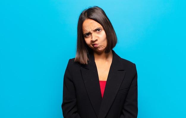 Donna ispanica che si sente confusa e dubbiosa, chiedendosi o cercando di scegliere o prendere una decisione