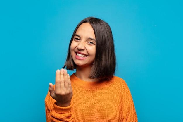 Donna ispanica che si sente felice, di successo e sicura di sé, affronta una sfida e dice di portarla avanti! o darti il benvenuto