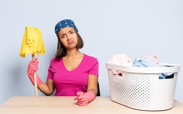 Donna ispanica che si sente triste e piagnucolona con uno sguardo infelice, piange con un atteggiamento negativo e frustrato