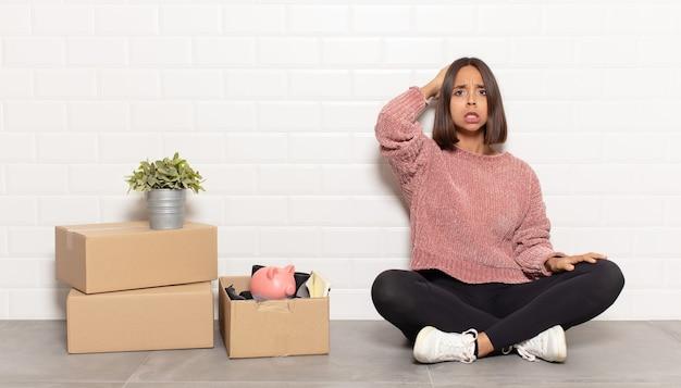 Donna ispanica che si sente stressata, preoccupata, ansiosa o spaventata, con le mani sulla testa, in preda al panico per errore