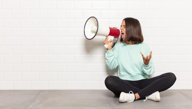 Donna ispanica che sembra arrabbiata, irritata e frustrata urlando o cosa c'è che non va in te