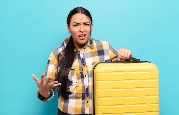 Donna ispanica che sembra arrabbiata, irritata e frustrata che grida wtf o cosa c'è di sbagliato in te