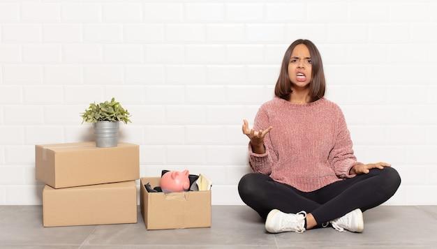 Donna ispanica che sembra urlando arrabbiata, infastidita e frustrata